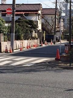 上用賀6丁目から世田谷通りに抜ける一方通行の路面の経年劣化による歩行者の安全を守るため一帯的な改修をしてもらいました。