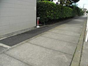 上用賀六丁目、ヤナセ裏の用水路脇の舗装による雑草対策