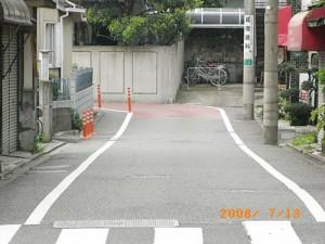 桜丘三丁目抜け道、コーナーへのポストコーン設置、カラー舗装